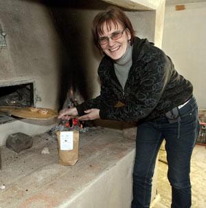 Karin född och uppväxt på Klint i Kuddby. Amatör släktforskare, hembygdsforskare med ett stort intresse för blommor, resor, m.m.